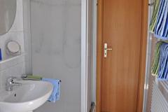 """Die Ferienwohnung """"unten"""" verfügt über ein modernes Tageslichtbad mit Dusche."""